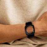 Часы без циферблата, при нажатии определенной кнопки, время показывается на черном ободке.